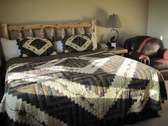 Quality Inn: The lovely bedroom furniture & quilt