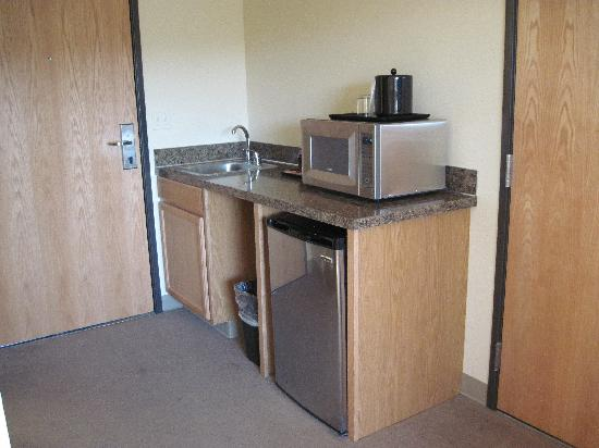 Quality Inn: Kitchenette with all the necessities