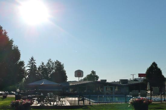 Ramada Gananoque Provincial Inn: View of the pool area towards the restaurant from unit 107