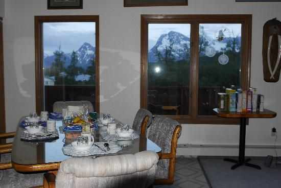 L & L's Bed and Breakfast: Breakfast Table With View