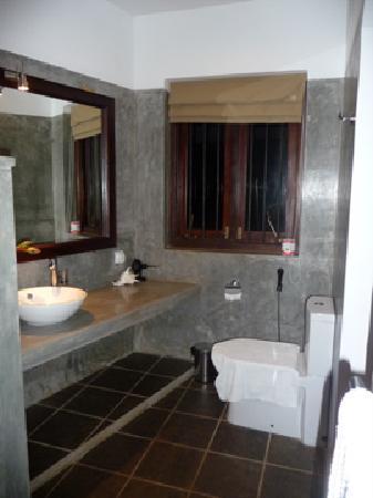 Kingfisher Hotel: spotless clean bathroom