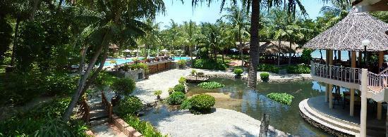 Saigon Mui Ne Resort: View of the pool & pond / gardens
