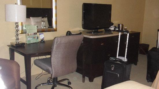 DoubleTree Club by Hilton Orange County Airport: desk & tv area