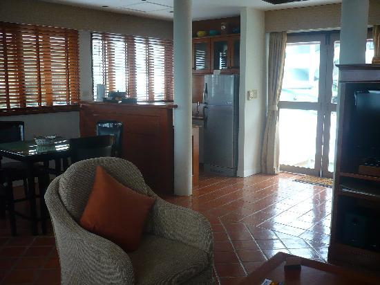 Cape Panwa, Tayland: Living room - kitchenette