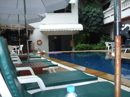 Inn Patong Beach Hotel Phuket: pool and bar