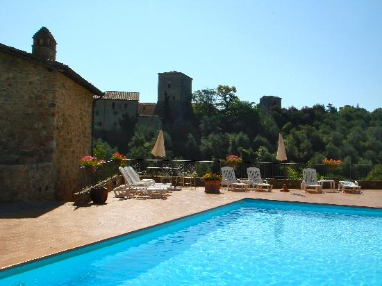 Relais Borgo di Stigliano: Pool area and view