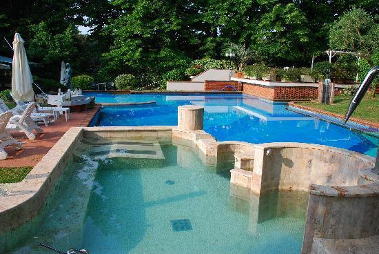 Astoria Hotel: Das gepflegt Schwimmbad lädt ein zum Erfrischen