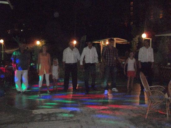 Penguin Restaurant and Bar: dancing at the penguin bar at night