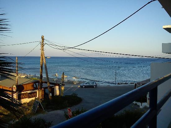 Philippos Studios & Apartments: Blick vom Balkon auf das Meer