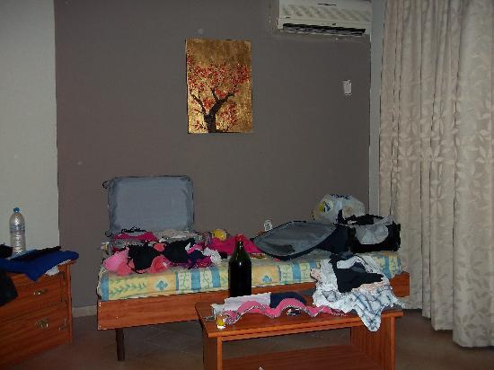 Lyristis Studios & Apartments: Messy!! this is the 3rd bed! rooms very spacious
