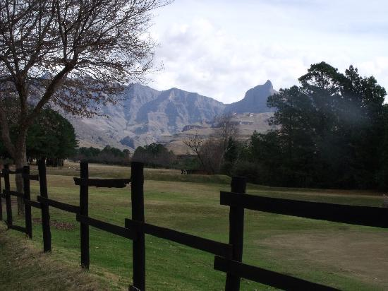 Gooderson Drakensberg Gardens Golf & Spa Resort: Mountain view from golf course