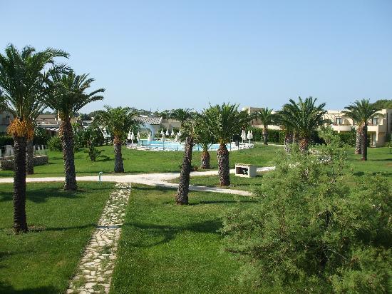 VOI Arenella resort: parte dell'immenso e bellissimo giardino