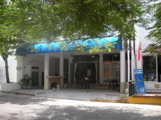 Blue Pearl Suites: Devanture, rénovations du bar en cours
