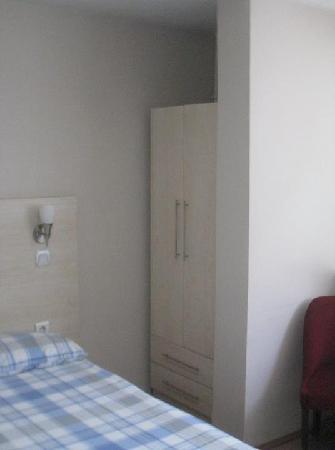 Hotel Abro Necatibey : Wardrobe