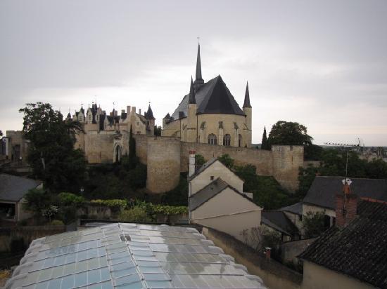 Hotel Le Relais Du Bellay : Vue d'une des chambres sur le château, la collégiale ... et la piscine couverte.e