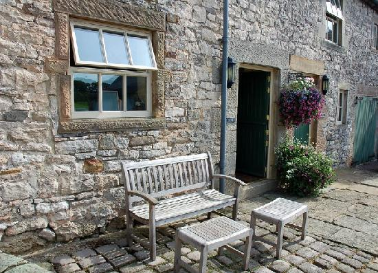 Church Farm Holiday Cottages: Pinster Cottage seating area