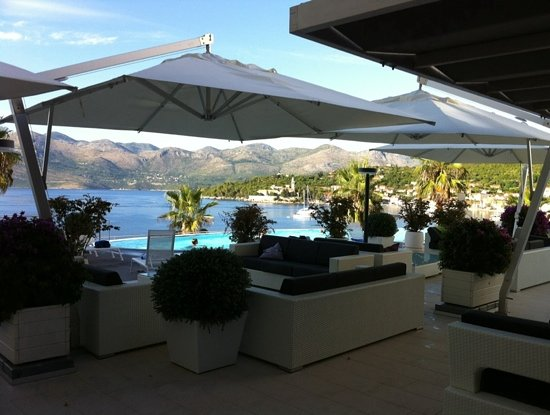 Lafodia Hotel & Resort: The pool bar area at Lafodia. Stunning views of the bay & great evening sun