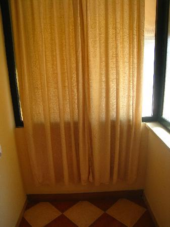 Loreni Hostel : Thin curtain to try and prevent neighbors from seeing you taking a shower