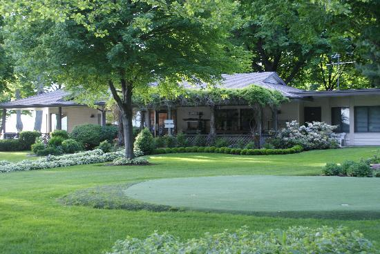 Lake Shore Resort: Looking at the Office and the Putting Green