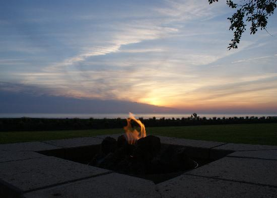 Lake Shore Resort: Fire Pit and Sunset