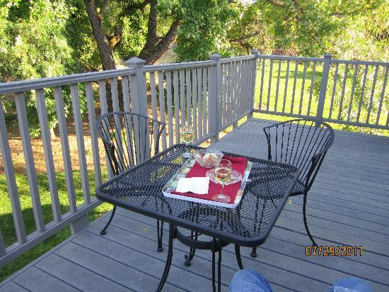 Amador Harvest Inn: wine and cheese on the balcony