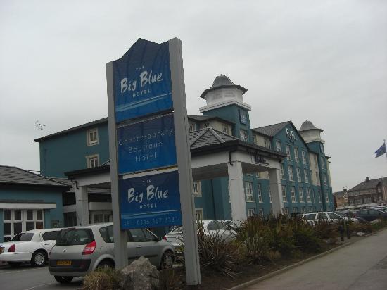 Big Blue Hotel: Vista general del recinto en la parte que da a la costa, recepción