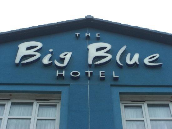 Big Blue Hotel: Cartel del hotel justo encima de recepción
