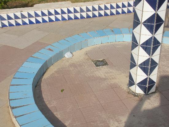 """El Mouradi Djerba Menzel: """"terrasse avec 1 table cassée aux coins+ 1 chaise cassée+1 intacte"""