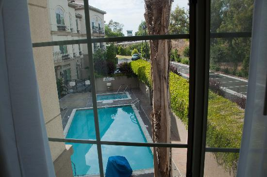 Fairfield Inn & Suites Temecula: View of pool from bedroom 2nd floor