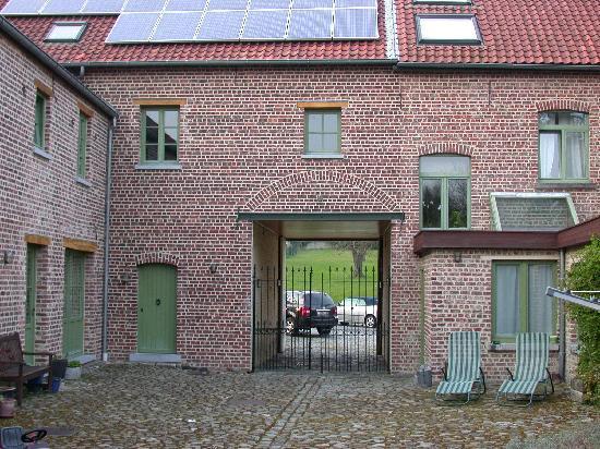 LeoLodge: entrance to courtyard