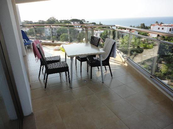 Alfagar II Aparthotel: Massive balcony!