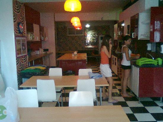Home Backpackers Hostel: cucina