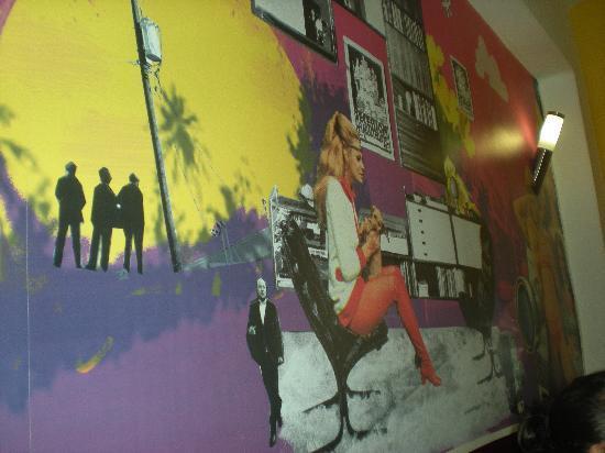 Home Backpackers Hostel: parete del corridoio