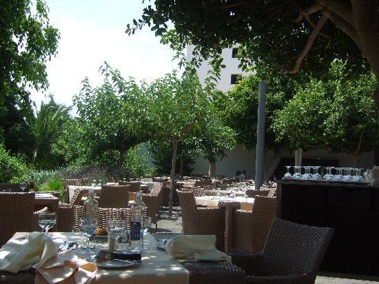 Barcelo Pueblo Menorca: Lovely terrace restaurant area