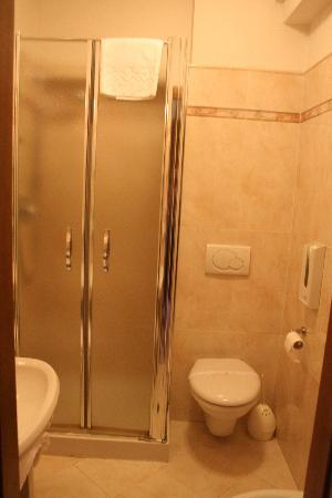 هوتل أنابيلا: Bathroom