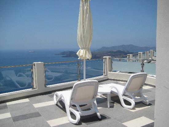 Petit Palace Suites Hotel: notre véranda avec chaises longues