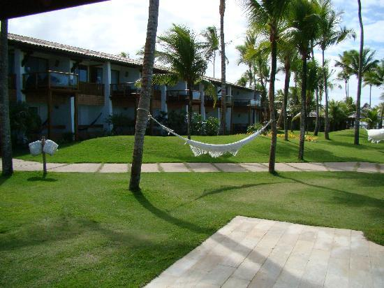 Arraial D'Ajuda Eco Resort: jardim entre hotel e praia