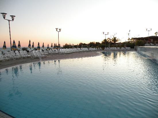 Serenusa Village : La piscina
