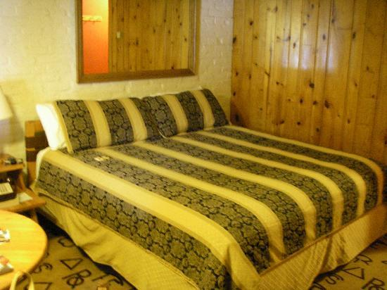 Dude Rancher Lodge: Comfy king size bed