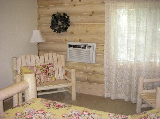 Bonners Ferry Log Inn: Nicely furnished room