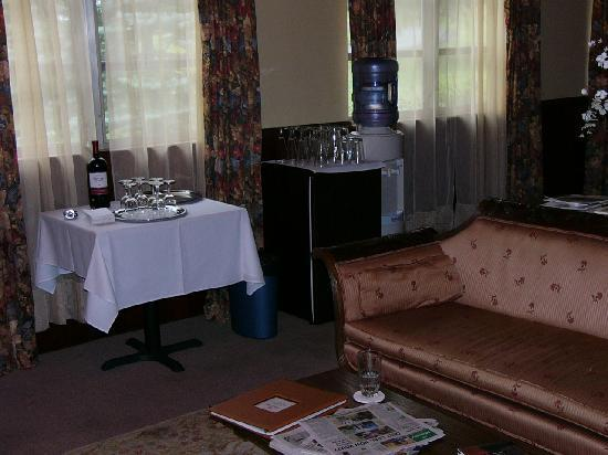 Carmel Cove Inn at Deep Creek Lake: Common room -- wine and fridge