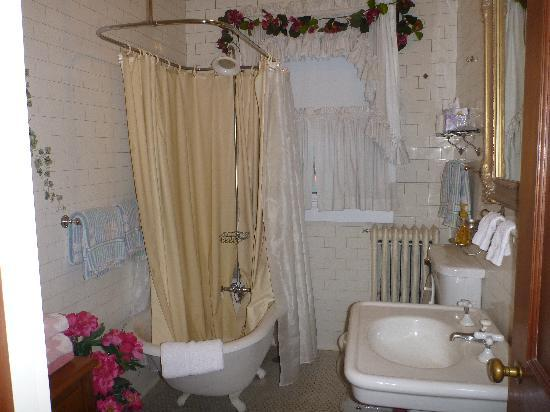 Candlewick Bed and Breakfast Inn : Our bathroom