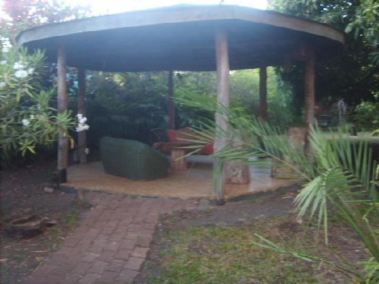 Hostal Aukara Rapa Nui: Pérgola en el jardín.