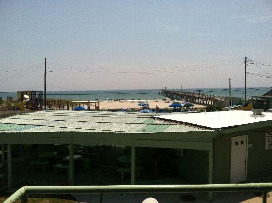 Oceanana Family Motel: View of breakfast area and beach