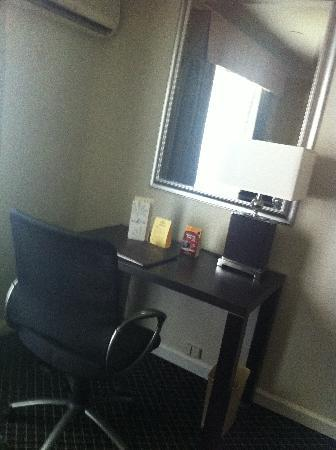 Alexis Park Resort: desk