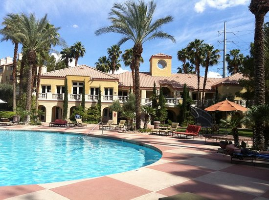 Meridian Luxury Suites: Meridian Pool Area and Clubhouse