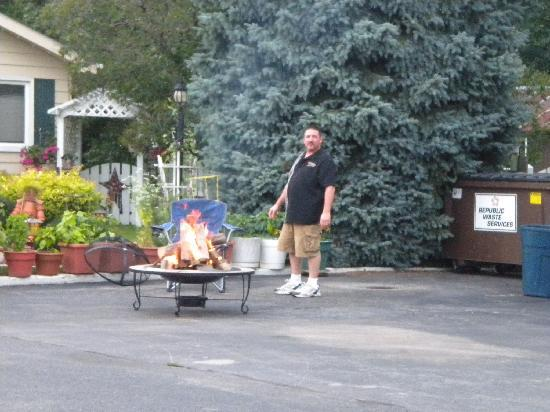 Lamplighter Motel: Terry getting the campfire ready for guest