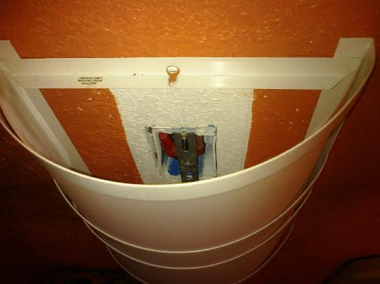 Motel 6 Kalamazoo: non-working light fixture over bed- only one