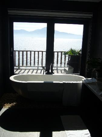 Vedana Lagoon Resort & Spa: Bathroom with a view