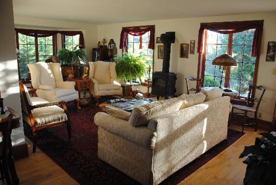 Poppy Hill Bed and Breakfast: Living room in sunset